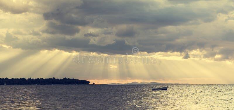 Boot die op water drijven stock fotografie