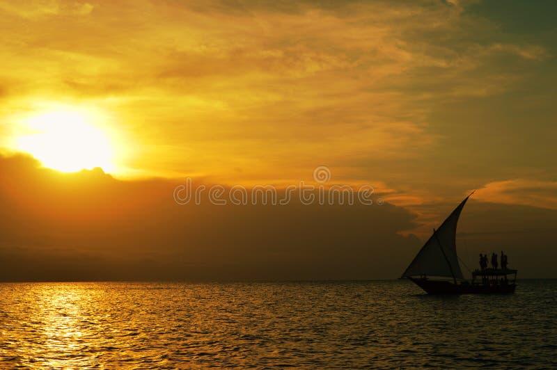 Boot die tijdens zonsondergang varen royalty-vrije stock fotografie