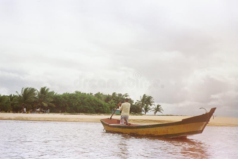 Boot die trog overgaan de rivier stock foto