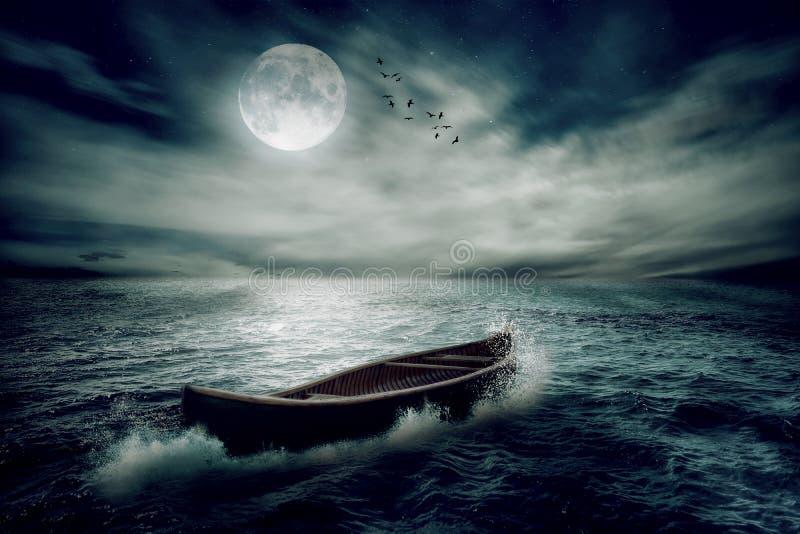 Boot die weg in middenoceaan na onweer afdrijven royalty-vrije stock foto's
