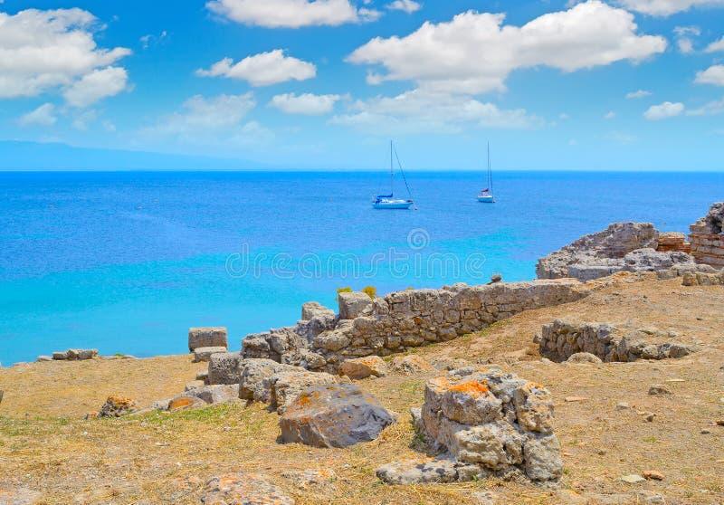 Boot door de kust in Tharros stock foto's