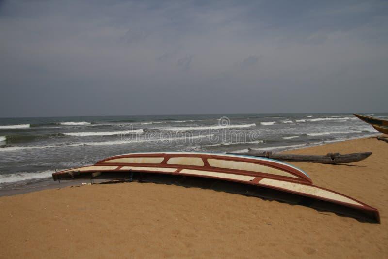 Boot door het strand stock afbeeldingen