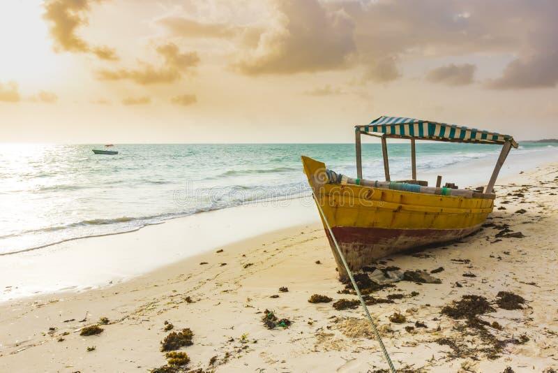 Boot droog leggen, vastgelopen op een tropisch strand stock foto
