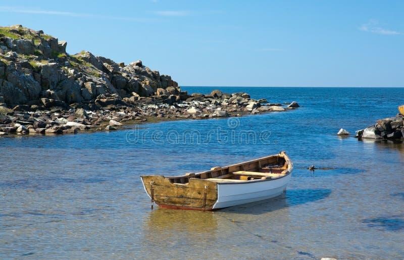 Boot in een rustige baai wordt vastgelegd die royalty-vrije stock afbeeldingen