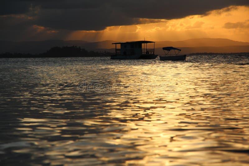 Boot in een zonsondergang stock foto
