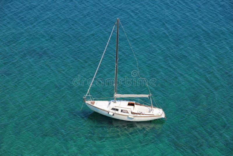 Boot in einem ruhigen Schacht auf adriatischem Meer lizenzfreies stockfoto