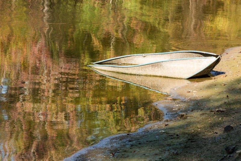 Boot in einem Teich stockfoto