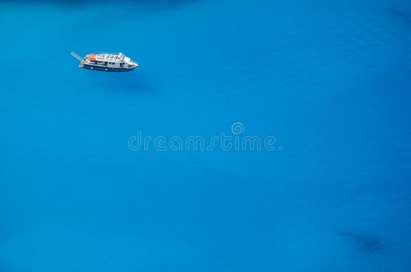 Boot en blauw zeewater royalty-vrije stock foto