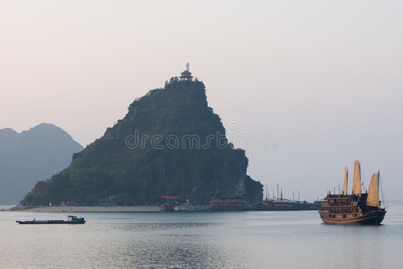 Boot en Eilanden in Halong Baai, Noordelijk Vietnam stock foto