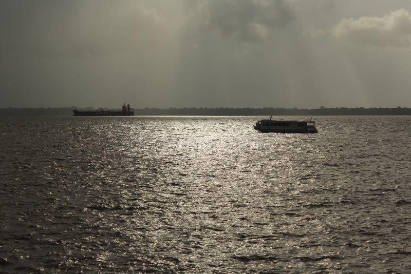 Boot en het schip die in BaÃa de drijven doen Guajarà ¡ royalty-vrije stock fotografie