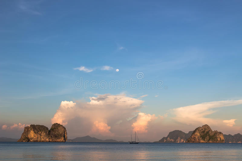 Boot en Koh Ma-eiland stock afbeeldingen