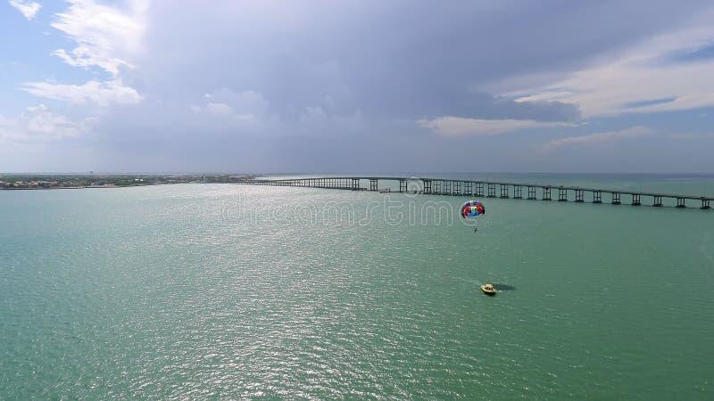 Boot en parasail op de baai royalty-vrije stock foto's