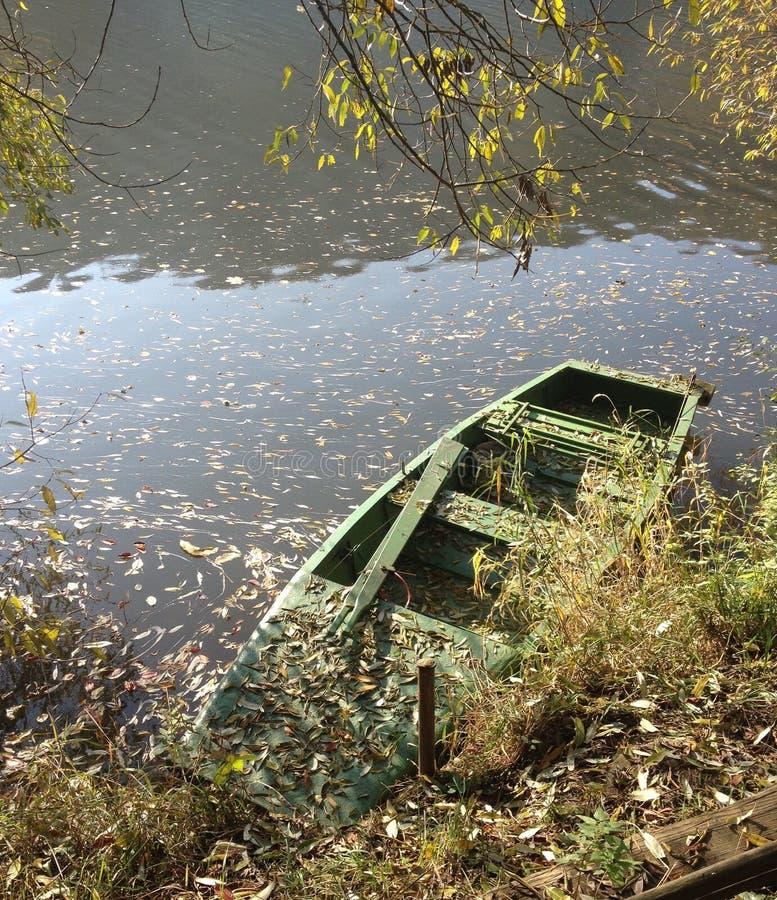 Boot en rivier in de herfst royalty-vrije stock foto