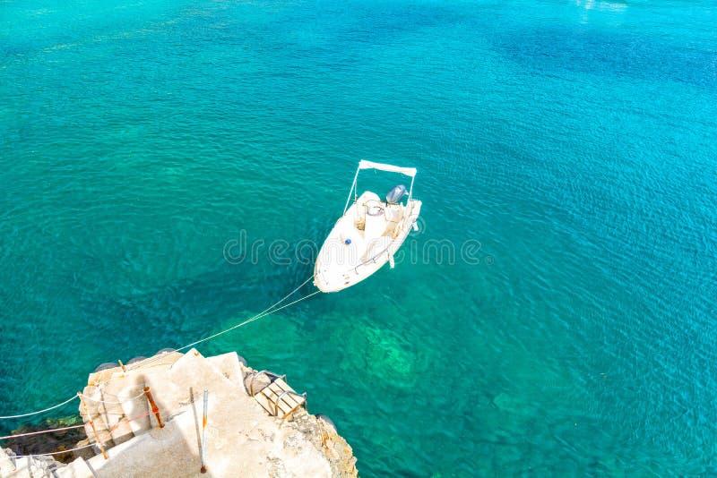 Boot en turkooise overzees in Paleokastritsa op het eiland van Korfu, Griekenland stock afbeelding