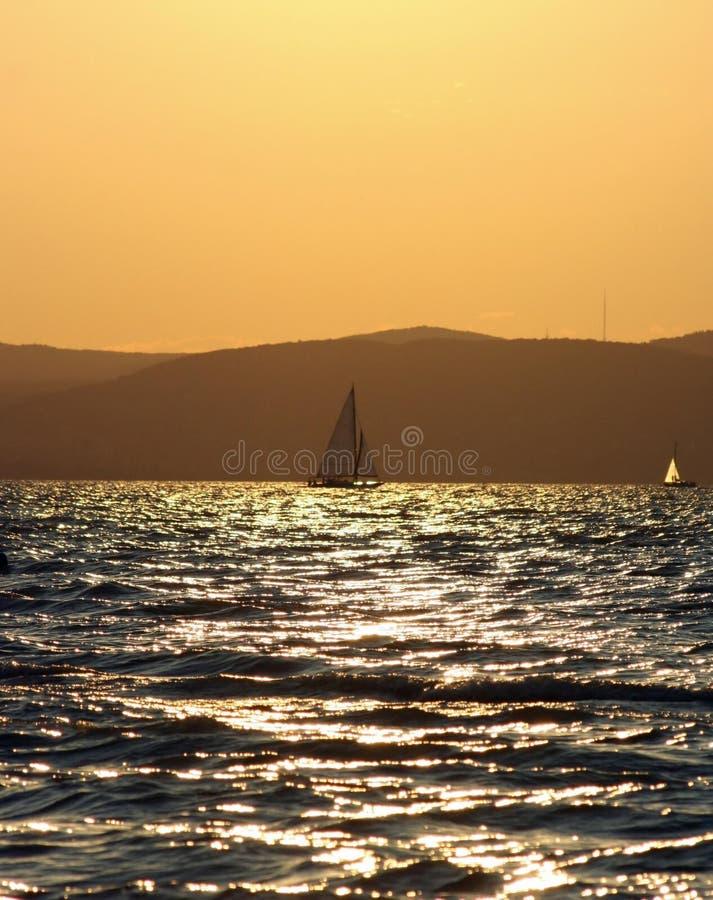 Download Boot en zonsondergang stock foto. Afbeelding bestaande uit boot - 39104956