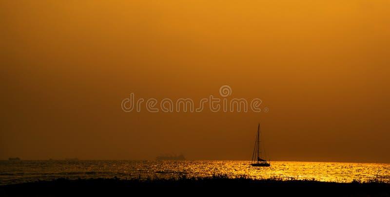 Boot en zonsondergang royalty-vrije stock fotografie