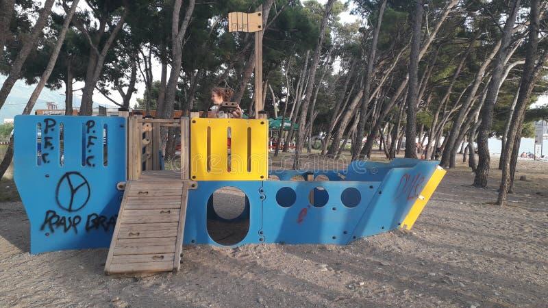 Boot für Kinder auf der Küste lizenzfreie stockfotografie