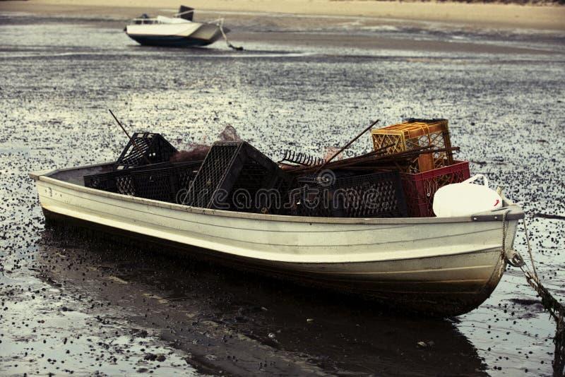 Boot gefüllt mit der Auster, die Werkzeugrührstangen und -kisten Wellfleet-Hafen auf Cape Cod in Wellfleet MA bewirtschaftet lizenzfreies stockbild