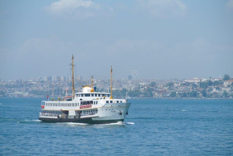 Boot in Gouden de Hoornbaai van Istanboel royalty-vrije stock fotografie