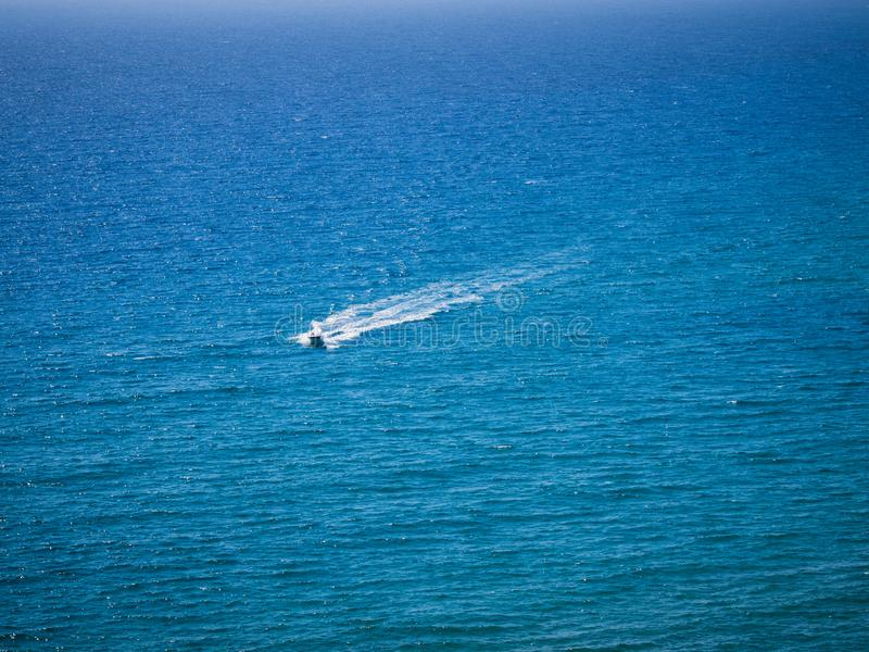 Boot am großen Blau stockfoto