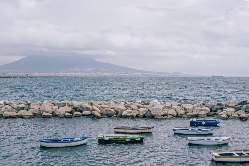 Boot am Hafen in Neapel lizenzfreie stockfotos