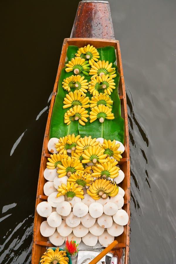 Boot in het drijven markt van Thailand stock foto