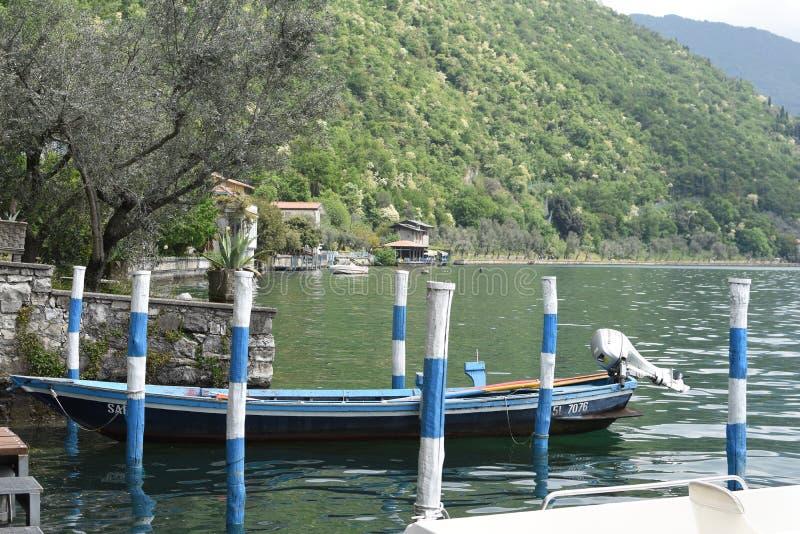Boot in het meer stock foto