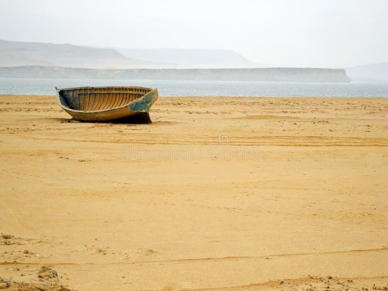 Boot in het midden van de woestijn stock afbeeldingen