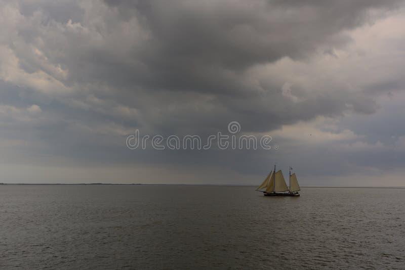 Boot in het onweer royalty-vrije stock foto