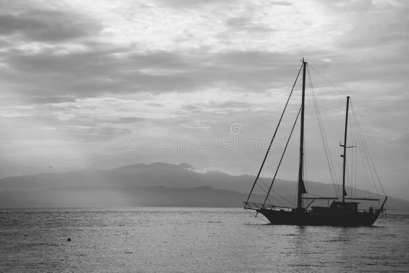 Boot in het overzees stock afbeelding