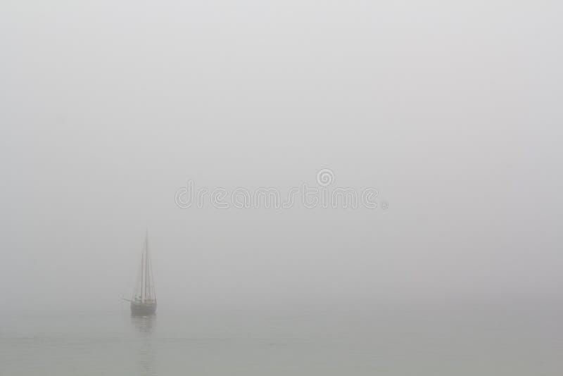 Boot in het overzees met mist royalty-vrije stock fotografie