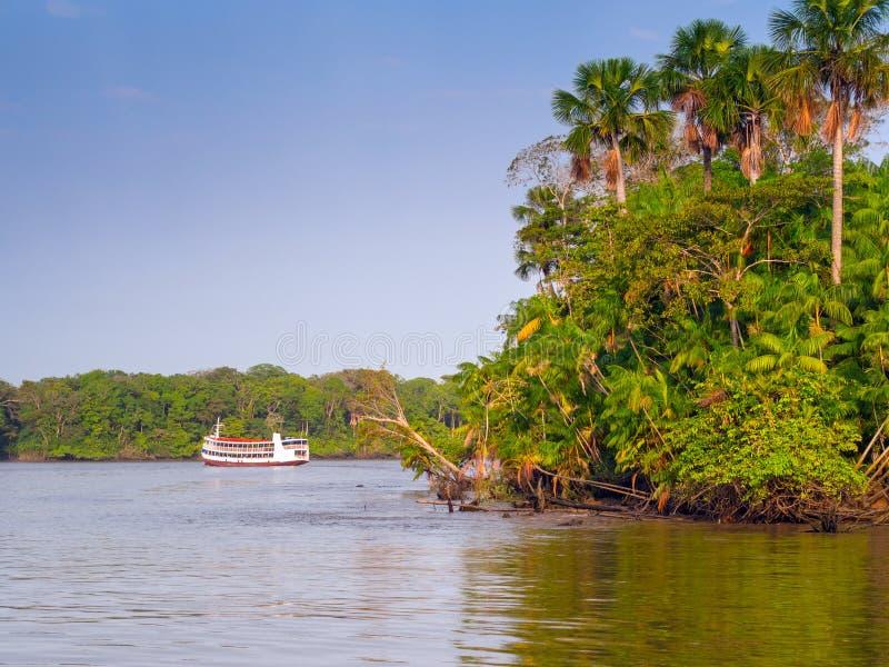Boot im Amazonas-Fluss lizenzfreie stockfotos