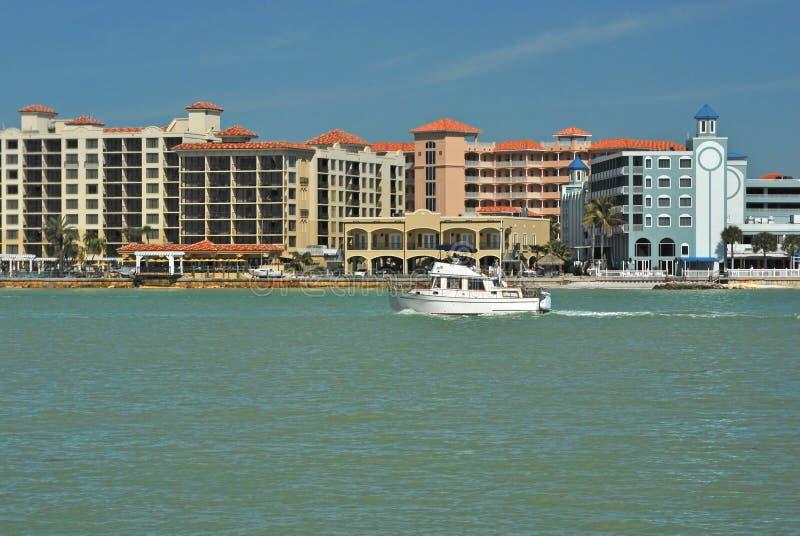 Boot im Clearwater Strand-Kanal, Florida lizenzfreies stockfoto