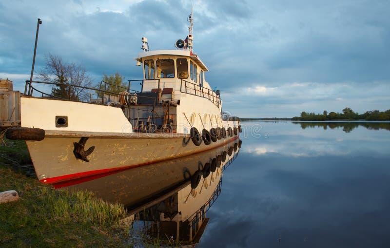 Boot im Fluss lizenzfreies stockbild