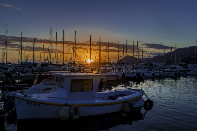 Boot im Hafen bei Sonnenuntergang stockbilder