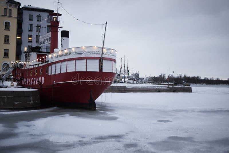 Boot im Hafen im Winter Helsinki lizenzfreie stockbilder
