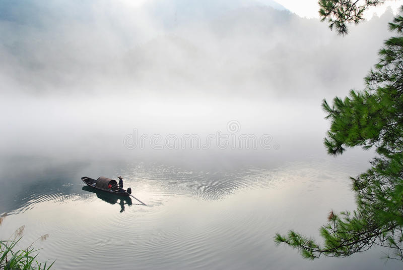 Boot im Nebel lizenzfreie stockfotos