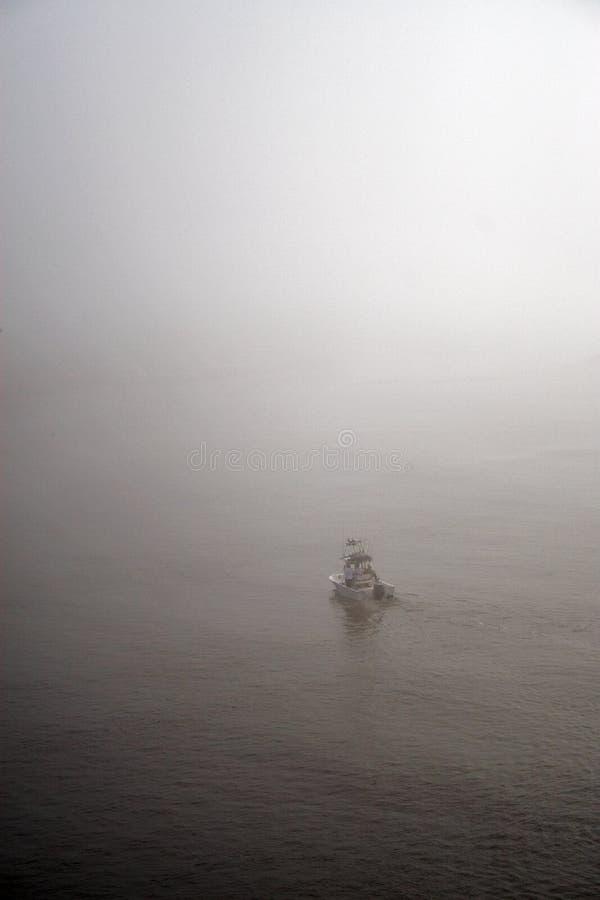 Boot im Nebel stockfotos
