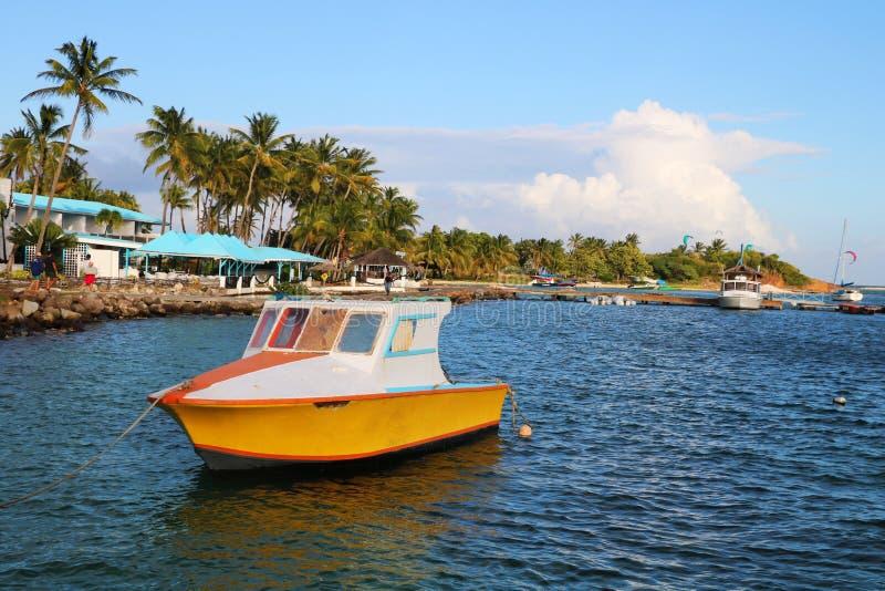 Boot im Ozean nahe der Karibikinsel stockbilder