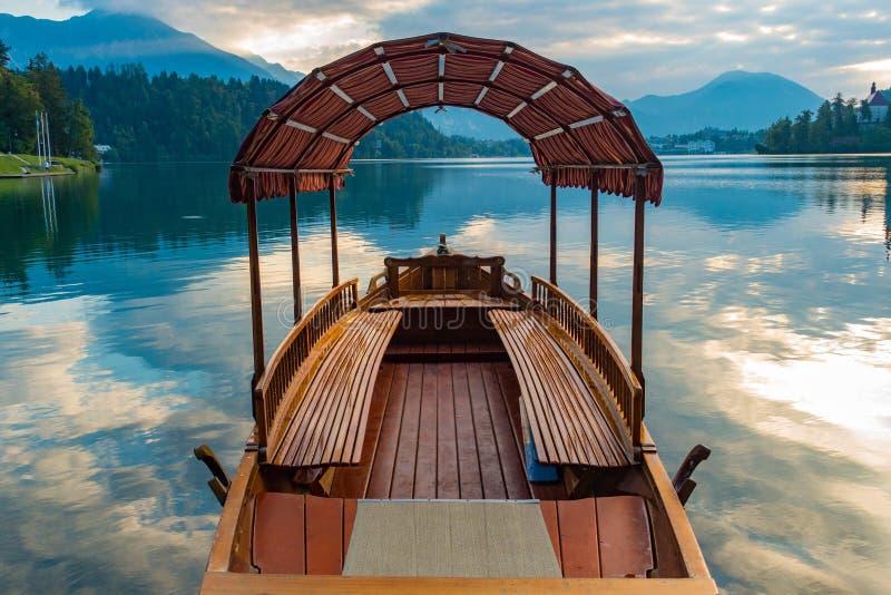 Boot im See geblutet stockbild