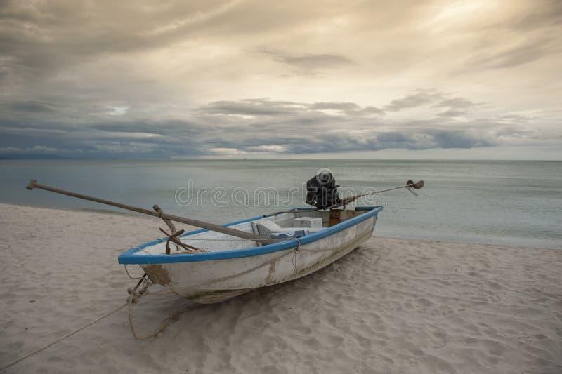 Boot im tropischen Meer thailand stockfotografie