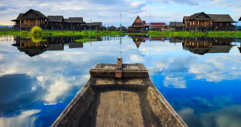 Boot in inlemeer, Shan-staat, Myanmar royalty-vrije stock afbeeldingen