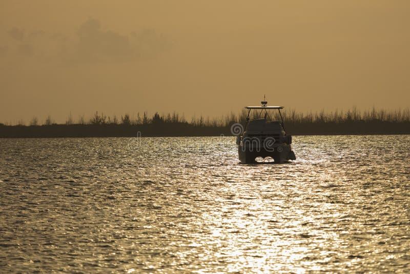 Boot in Key West tijdens Zonsondergang wordt verankerd die royalty-vrije stock afbeeldingen
