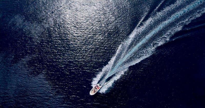 Boot in Meer in der Vogelperspektive stockbilder