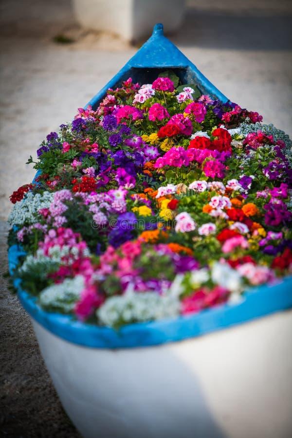 Boot met bloemen royalty-vrije stock fotografie