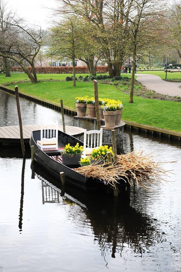 Boot met bloemen stock fotografie