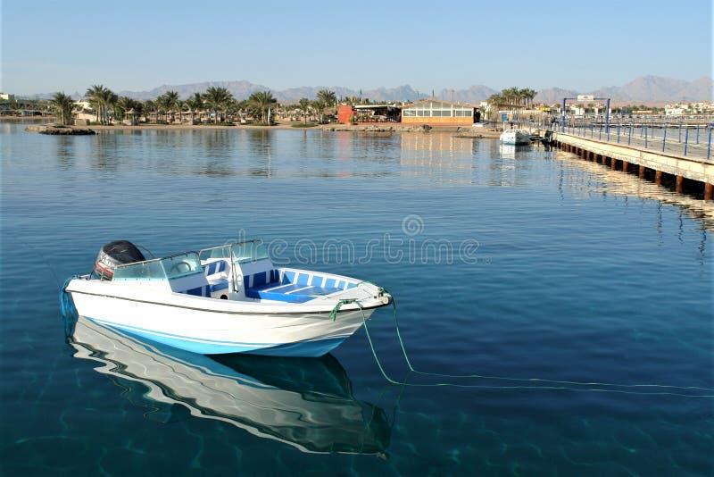 Boot met een motor op de pijler in het stille water van het Rode Overzees royalty-vrije stock foto's