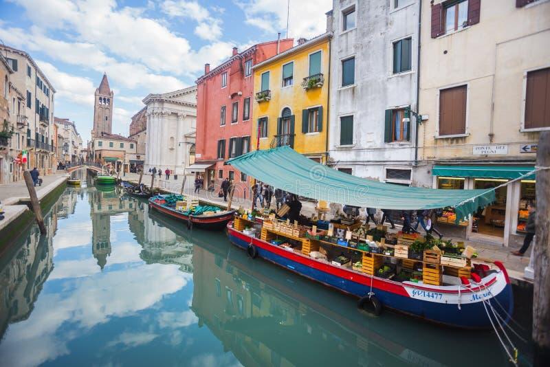 Boot met fruit en groente in Venetië stock fotografie