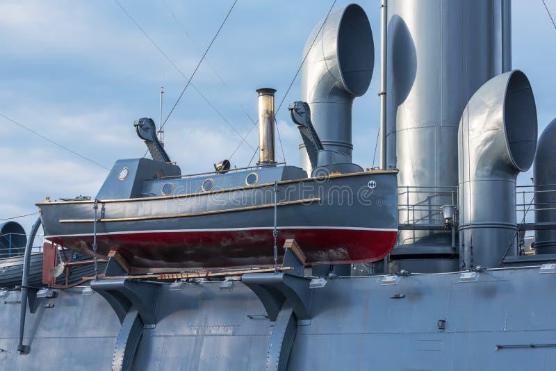 Boot met stoommotor aan boord van de oude militaire kruiser royalty-vrije stock afbeeldingen