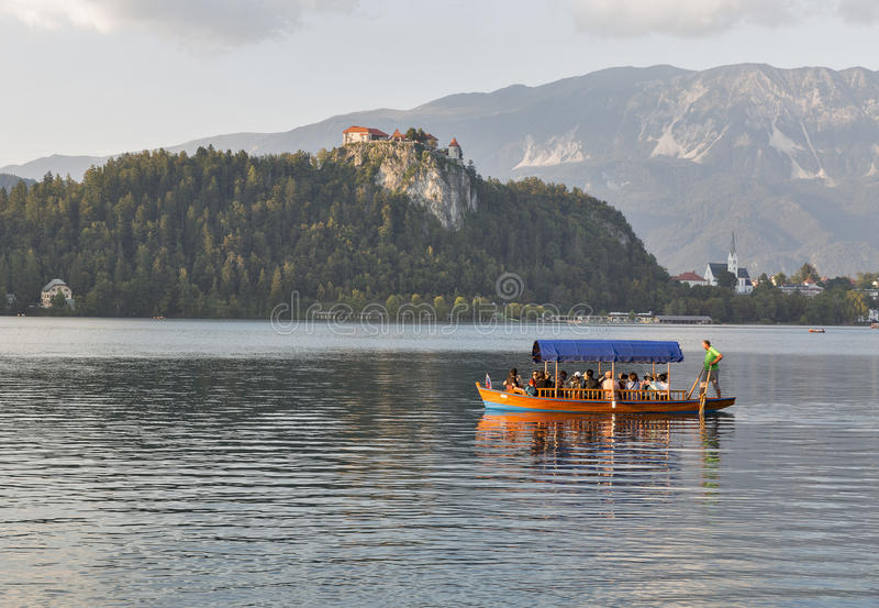 Boot met toeristen op Meer in Slovenië wordt afgetapt dat royalty-vrije stock afbeelding